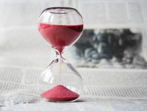An hourglass symbolizing the time you always lack when you need to organize a last minute move.